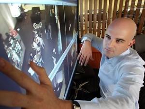 Prof. Fookes testuje miękką biometrykę do identyfikacji osób z filmów video.